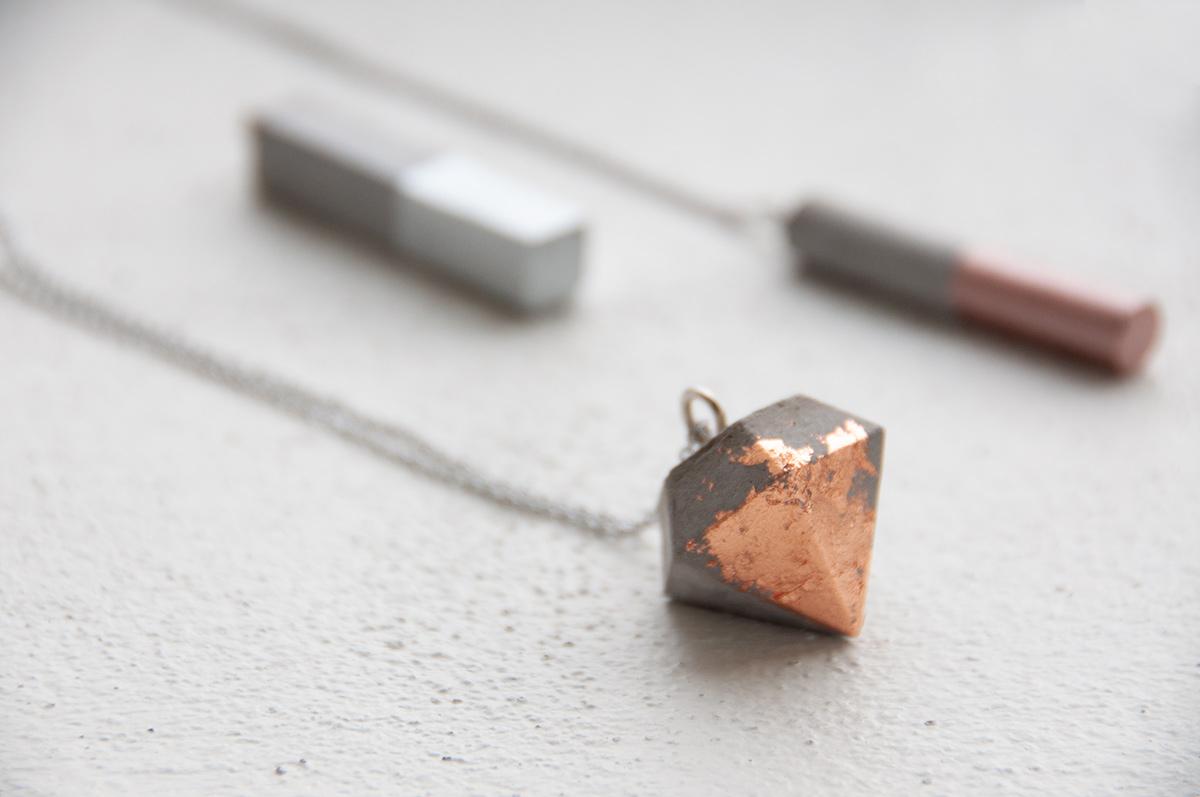 Beton-Schmuck | Anhänger in Diamant-Form mit Deco-Metall veredelt